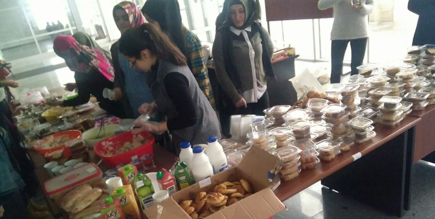 Fakültemiz Öğrencileri Tarafından Halep'teki Yardıma Muhtaç Kişiler İçin Temel Tıp Bilimleri Binamızda Kermes Düzenledi.