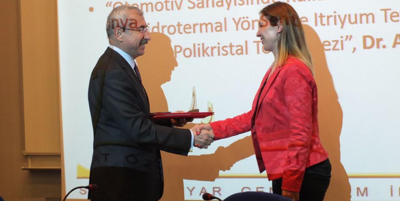 Akademisyenimiz Arş. Gör. Dr. Arife Yurdakul 2016 Serhat Özyar Yılın Genç Bilim İnsanı Ödülü'nü Kazandı.