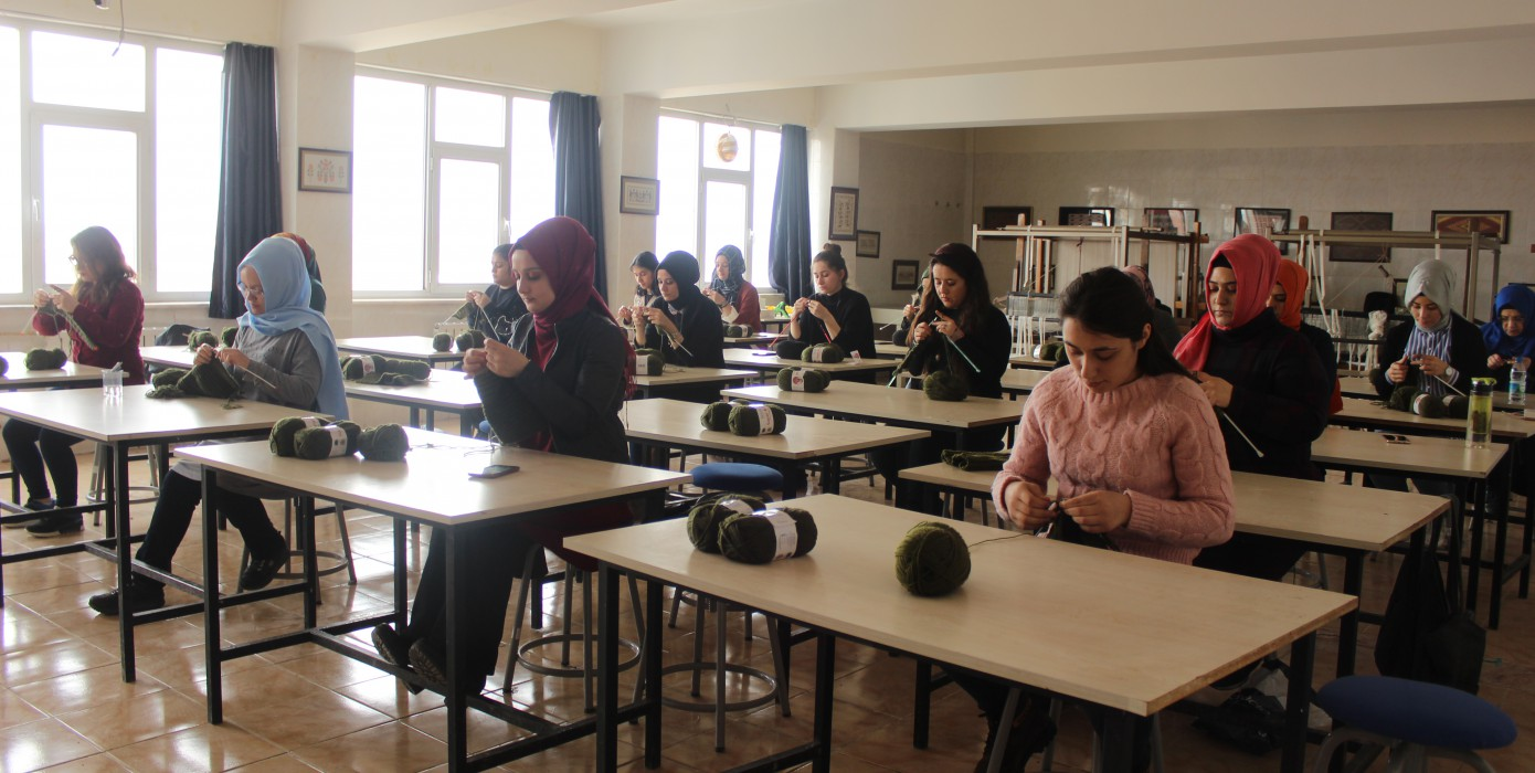 Meslek Yüksekokulumuz El Sanatları Programından Afrin'deki Askerlerimize Moral Desteği