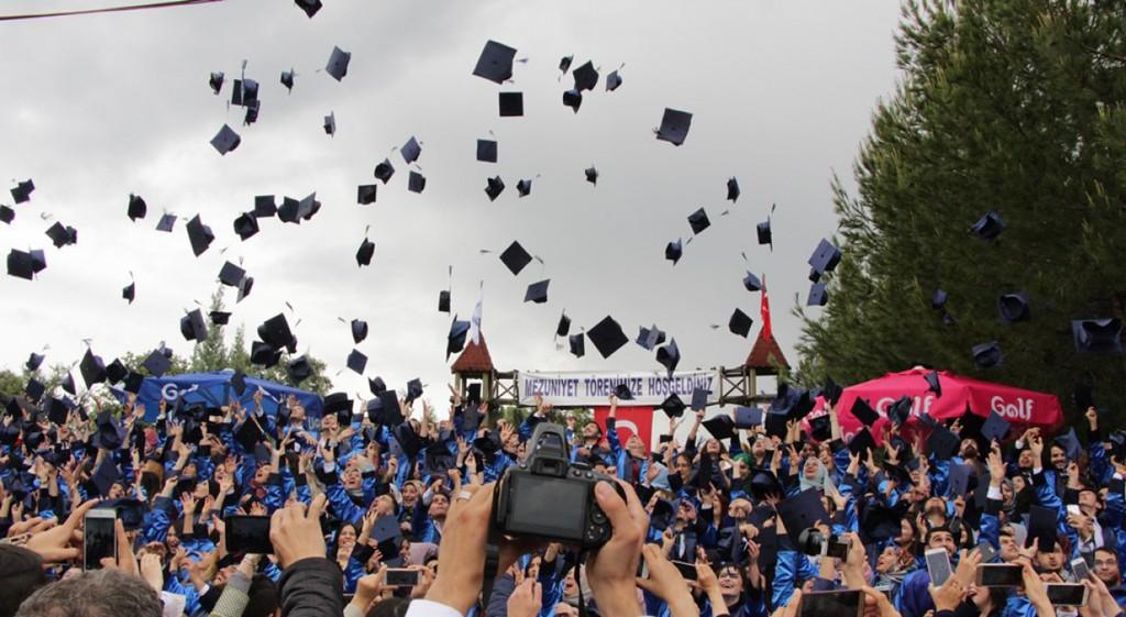 Gediz Meslek Yüksekokulu'nda Yağmur Altında  Coşkulu Mezuniyet Töreni