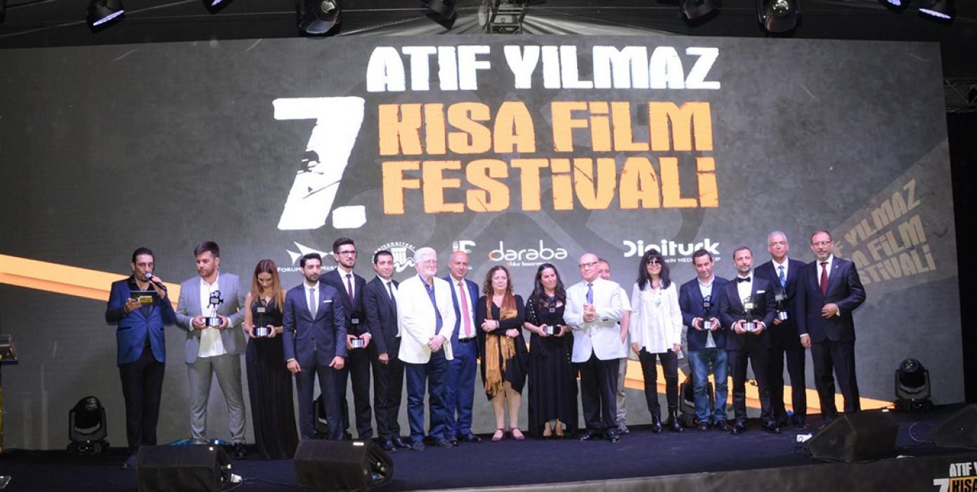 """Görsel İletişim Tasarımı Bölüm Başkanımıza Mersin Üniversitesi ve Forum Mersin Tarafından Gerçekleştirilen """"7 Atıf Yılmaz Kısa Film Yarışması"""" Jüri Üyeliği Görevinden Dolayı Şilt Takdim Edildi"""
