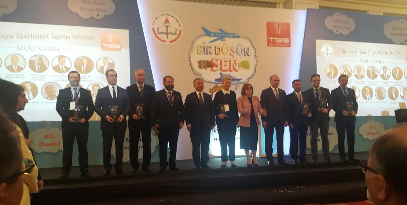 """Görsel İletişim Tasarımı Bölüm Başkanımıza Milli Eğitim Bakanlığı ve Türkiye Belediyeler Birliğinin Ortaklaşa Gerçekleştirdiği Bir Düşünsen """"Milli Ulaşım Araçları Tasarım Yarışması"""" Jüri Üyeliği Görevinden Dolayı Şilt Takdim Edildi"""