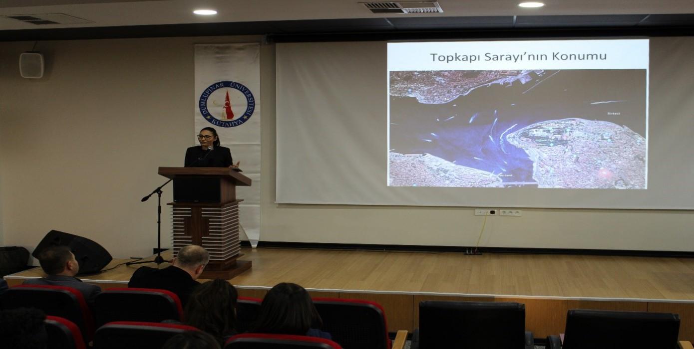 """Tavşanlı'da Turizm Öğrencilerine """"Osmanlı'da Saraylar ve Topkapı Sarayı"""" Konferansı"""