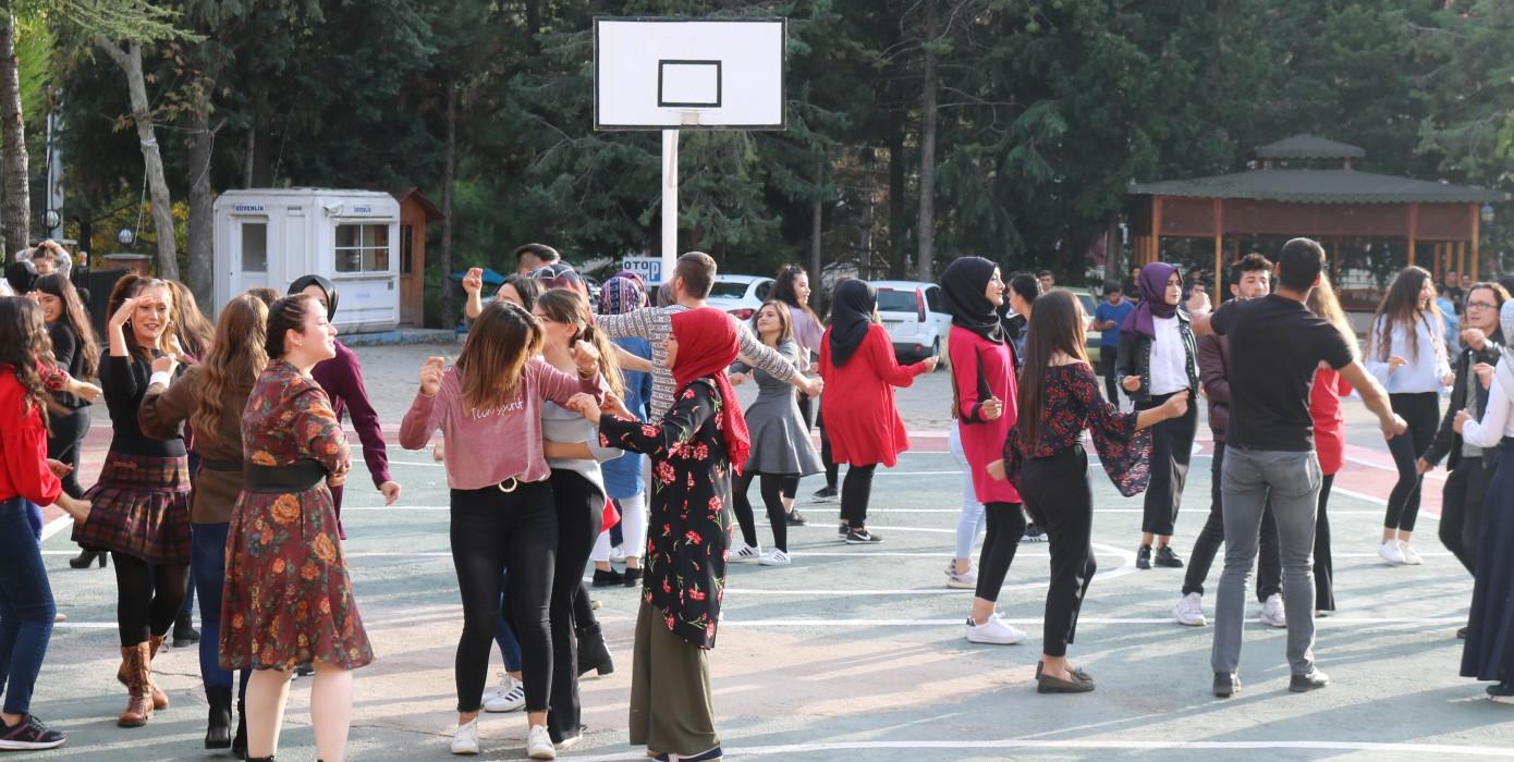 Okulumuzun Öğrencileriye Birlikte Okul Önü Eğlencemiz ve Tanışma Partimiz
