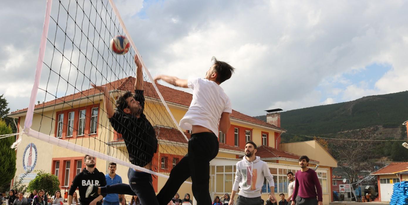 Okulumuz Öğrencileri Arasında Voleybol Turnuvası Çekişmeli Geçti ve Keyifli Anlar Yaşattı
