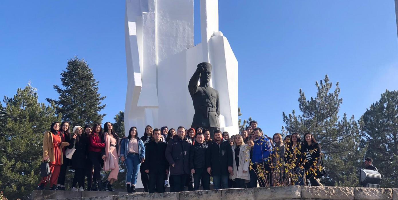 Hisarcık Meslek Yüksekokulu ve Emet Meslek Yüksekokulu Öğrencilerinden Dumlupınar Şehitliğine Anlamlı Ziyaret